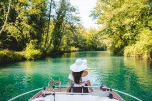 croisière en bateau sur le canal de Savière